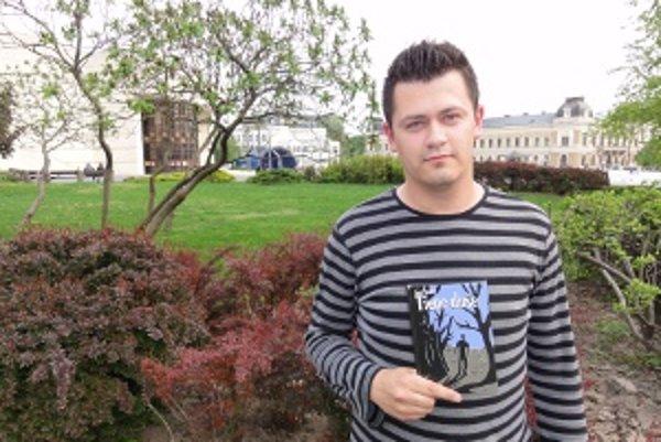 Spisovateľ Jozef Studený so svojou prvou publikovanou knihou Tiene duše.