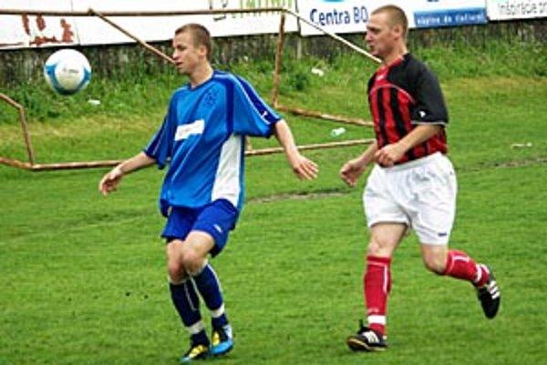 Hráči ČFK (v modrom) sa po dlhom čase tešili z víťazstva, porazili Čierny Brod 2:0.