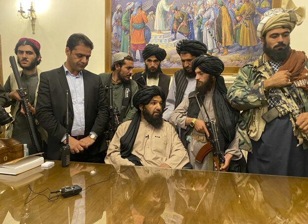 Bojovníci Talibanu preberajú kontrolu nad afganským prezidentským palácom v Kábule po tom, čo afganský prezident Ašraf Ghaní utiekol z krajiny.