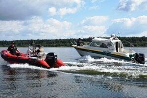 Policajti kontrolujú aj vodnú hladinu a brehy Oravskej priehrady.
