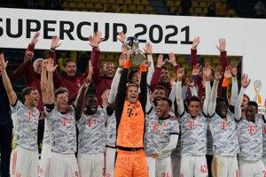 Futbalisti Bayernu Mníchov oslavujú zisk nemeckého Superpohára.