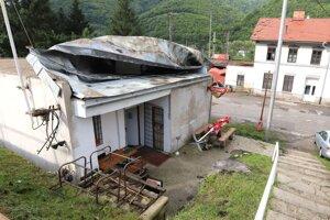 Zničená strecha na pohostinstve.