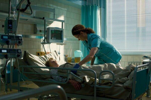 Klára Melíšková ako sestra podozrivá z vraždy pacientky v mini sérii Podozrenie.
