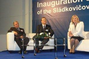Primátor Anton Szabó (vľavo), výkonný riaditeľ Bert de Graeve a premiérka Iveta Radičová.