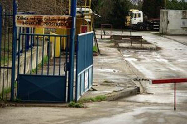 Vstup do areálu. Nápais na bráne hlása, že je to infekčné prostredie.