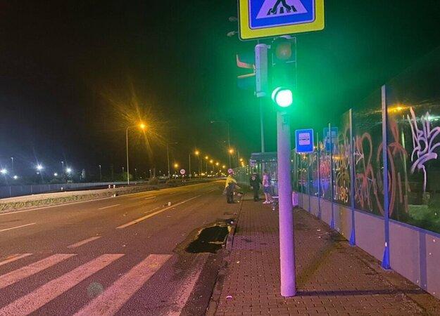 Miestom nehody bola frekventovaná štvorprúdovka so semaformi.