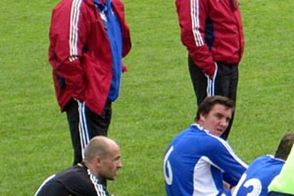 Tréner Dušan Bartovič (stojí vpravo) povedie v stredu svoj výber v rozhodujúcom zápase proti Srbom.