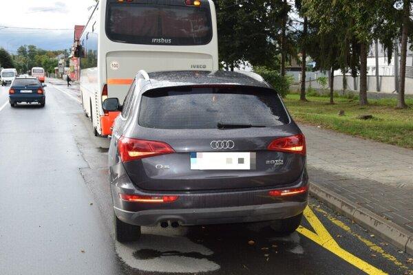 Audi narazilo do autobusu.
