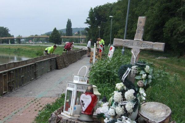 Takto vyzerá miesto, kde sa stala tragédia, dnes. Pri rieke obnovujú protipovodňový múr.
