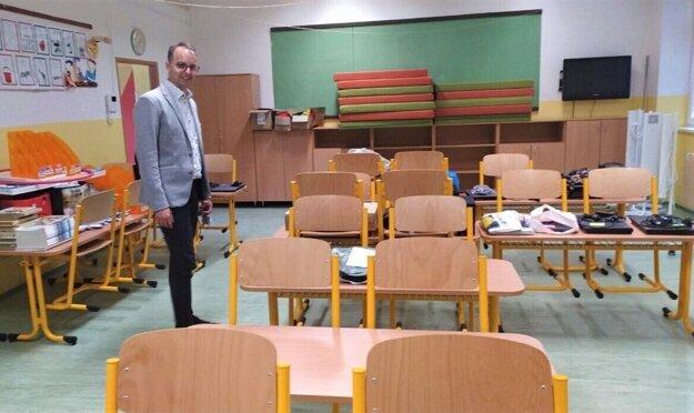 Riaditeľ ZČ Hroncova Martin Fazekaš chce vidieť deti v laviciach.