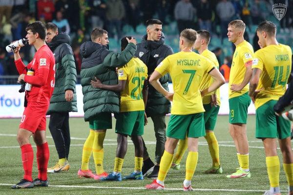Futbalisti MŠK Žilina po konečnom hvizde rozhodcu v odvete play-off EKL proti Jabloncu (0:3).