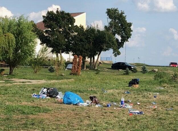 Odpad na brehoch Zemplínskej šíravy. Čítajte viac: