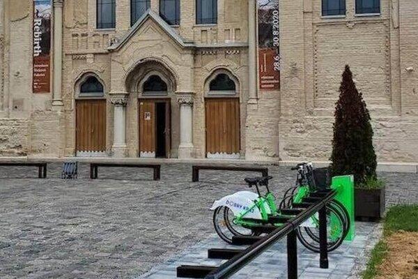 Zdieľané bicykle sú v Lučenci na rôznych stanovištiach.
