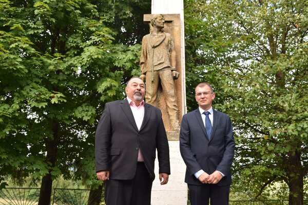 Budinú s Čeladnou spojila preliata krv.Na fotografii zhľava: Starosta Čeladnej Pavol Lukša a starosta Budinej Marian Čerpák.