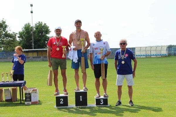 V Ludaniciach sa konali bežecké preteky. Zľava: Vincent Sýkora, Jaroslav Mikuláš, Henrich Nemec a Marián Kapusta.