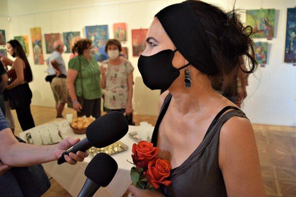Platné protipandemické opatrenia počas vernisáže spravili zo všetkých trochu iné bytosti. Jana Bialová odpovedá na otázky médií.