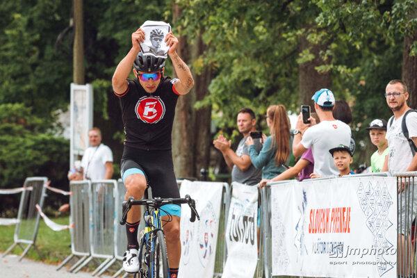 Víťaz pretekov Simon Nagy s fotografiou svojho brata.