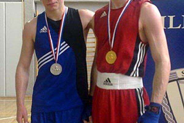 Zľava strieborný Grék Alexandros Tsanikidis a víťaz Tomáš Vaňo.