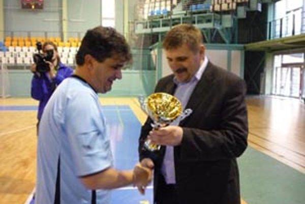 Poháre odovzdával viceprimátor Štefan Štefek, víťazný prebral L. Baláži.