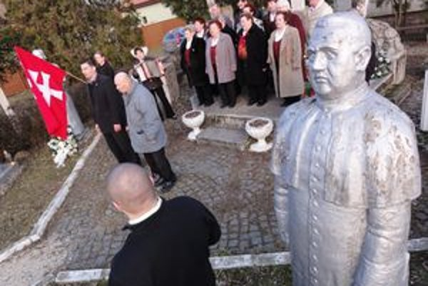 Tisova socha v Čakajovciach a pod ňou tí, čo ho velebia. V strede na snímke je Tisov bývalý žiak Michal Števko.