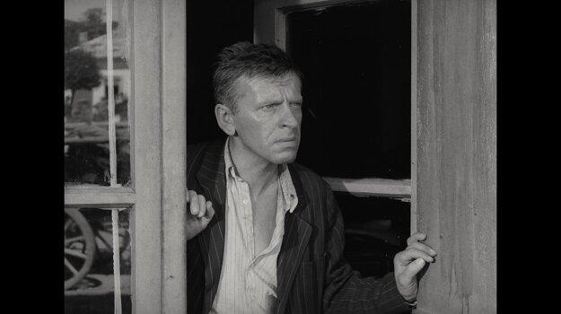 Jozef Kroner exceloval vo filme ako arizátor Tóno Brtko. Ibaže do rovnakého spolupáchateľstva na zločine zatiahol vojnový režim väčšinu obyvateľstva Slovenska.