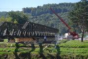 Pontónovému mostu chýba k druhému brehu už len pár metrov.