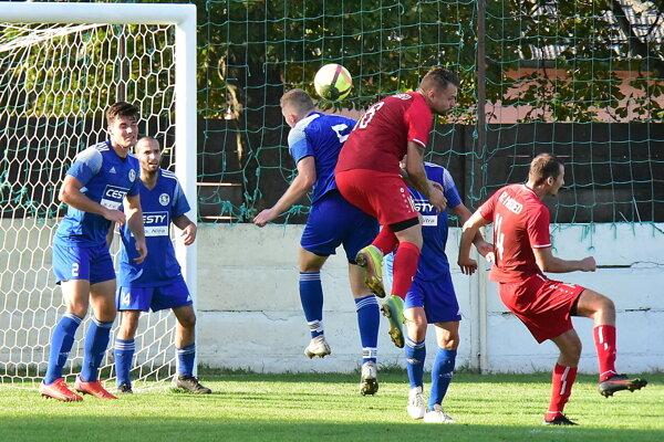 V strede v červenom drese vo výskoku je Dušan Sklenár, autor víťazného gólu.