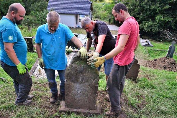 Partia nadšencov histórie sa opäť aktívne zapojila do záchrany unikátnych náhrobníkov.