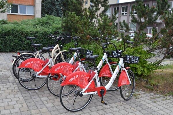 Zdieľané bicykle boli počas letných mesiacov veľmi obľúbeným prepravným prostriedkom.