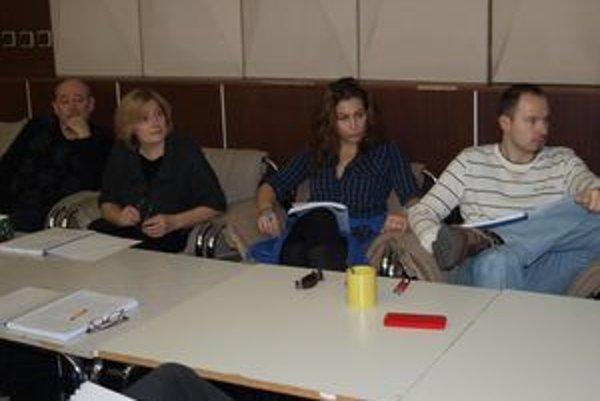 Herci DAB na prvej čítačke komédie Dvojitá rezervácia - zľava Anton Živčic, Eva Večerová, Kristína Greppelová a Martin Fratrič.