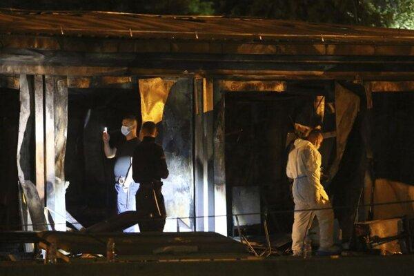 Zásah hasičov pri požiari v nemocnici pre covidových pacientov v meste Tetovo.