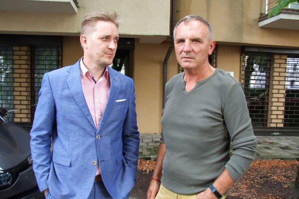 Jozef Bódi (vpravo) s právnikom Romanom Foltínom.