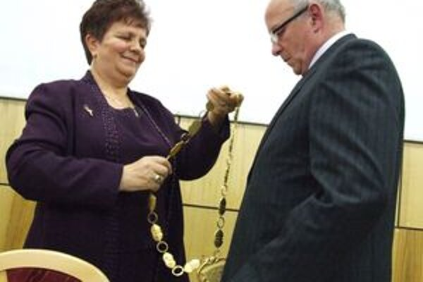 Ostrihoňová a Lednár pri preberaní moci novým primátorom. Niekdajšia primátorka zarobila vo funkcii podstatne menej ako jej následník.