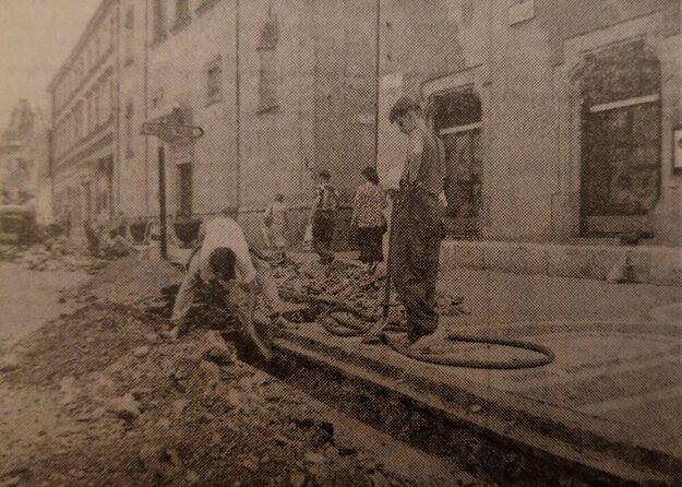 Rozkopaná košická Hlavná ulica, ktorá sa pred príchodom pápeža dokončovala na poslednú chvíľu.
