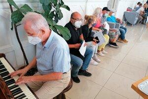 Atmosféru v sobášnej sieni spríjemnil hrou na klavíri Aladár Birner.