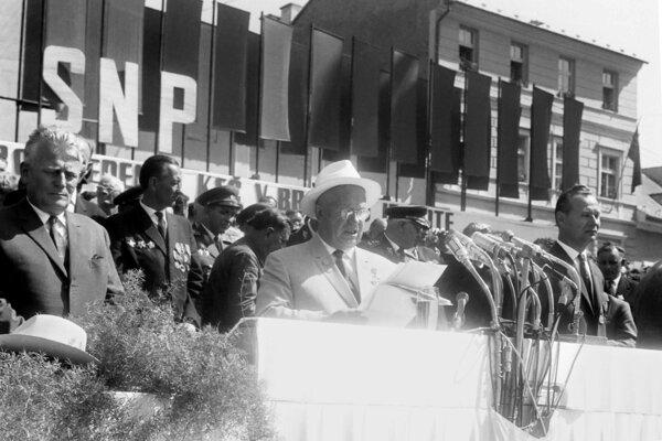 Prejav Chruščova na manifestácii v Banskej Bystrici 29. augusta 1964 pri oslavách 20. výročia SNP. Vpravo Alexander Dubček.