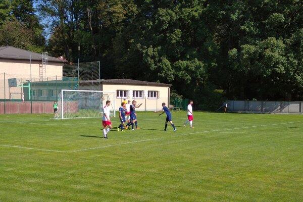 Jakub Tabak (v modrom vpravo) prichádza gratulovať gólovému strelcovi Jozefovi Játymu (v modrom, štvrtému zľava).
