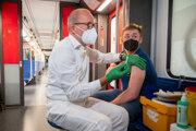 Očkovanie proti covidu v prostriedkoch hromadnej dopravy v Berlíne.