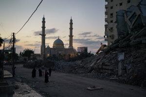 Ostreľovaním poškodená budova v Gaza City.