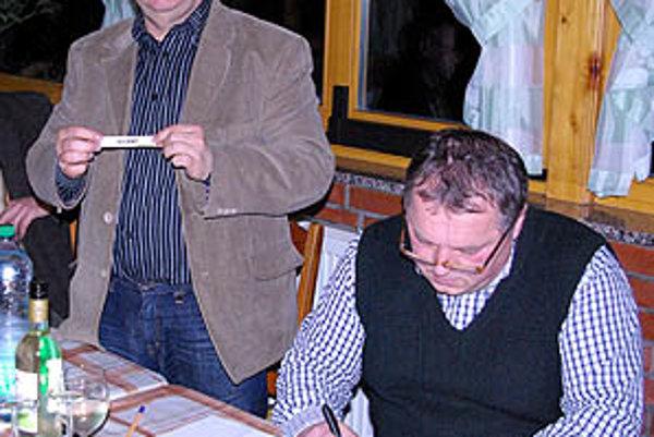 Žrebovalo sa v Cardinal Clube v Šali. Zľava Tibor Rábek a Ladislav Kokeš.