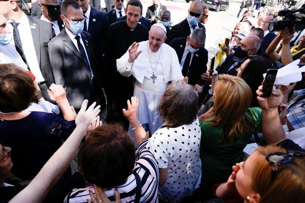 Pápež František sa zdraví s veriacimi pri odchode z katedrály.