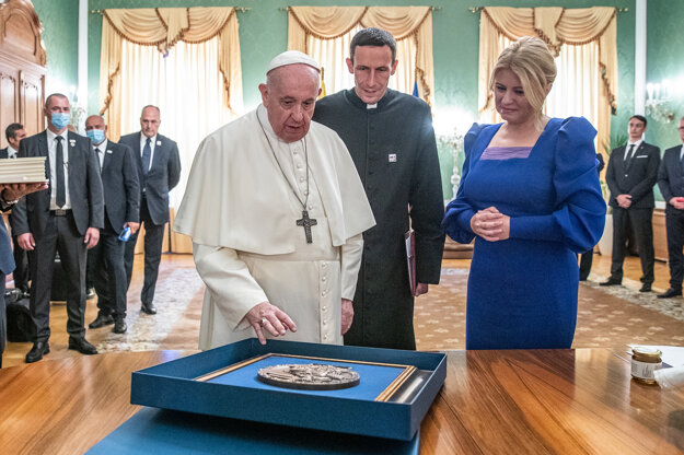 Pápež daroval prezidentke pamätnú medailu.