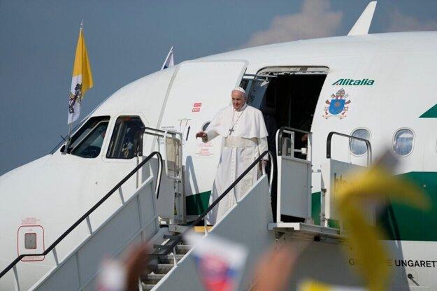 Pápež František po prílete do Bratislavy.