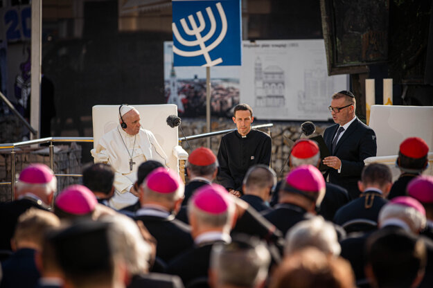Pápež František (uprostred) počas príhovoru na stretnutí so židovskou komunitou na Rybnom námestí v Bratislave.