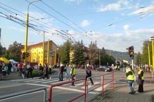 Na Budovateľskej ulici už od skorého rána organizujú dopravu a pohyb ľudí policajti. Na mieste sú aj dobrovoľníci.