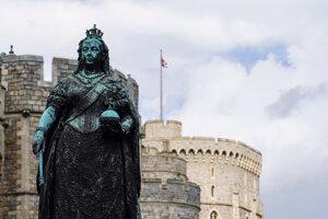 Socha britskej kráľovnej Viktórie pred Windsorským hradom.