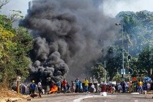 Zatknutie exprezidenta vyvolalo v Južnej Afrike protesty aj rasové násilie.