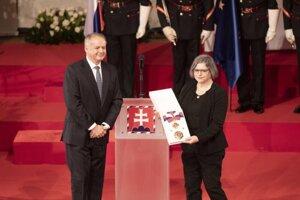 Na snímke prezident SR Andrej Kiska (vľavo) po udelení Radu Ľudovíta Štúra I. triedy Jane Juráňovej (vpravo) počas slávnostnej ceremónie udeľovania štátnych vyznamenaní.