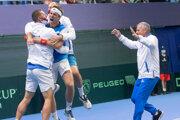 Slovenskí tenisti oslavujú výhru nad Čile v Davisovom pohári 2021.