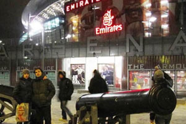 Dvojica Nitranov pred štadiónom Arsenalu Londýn.